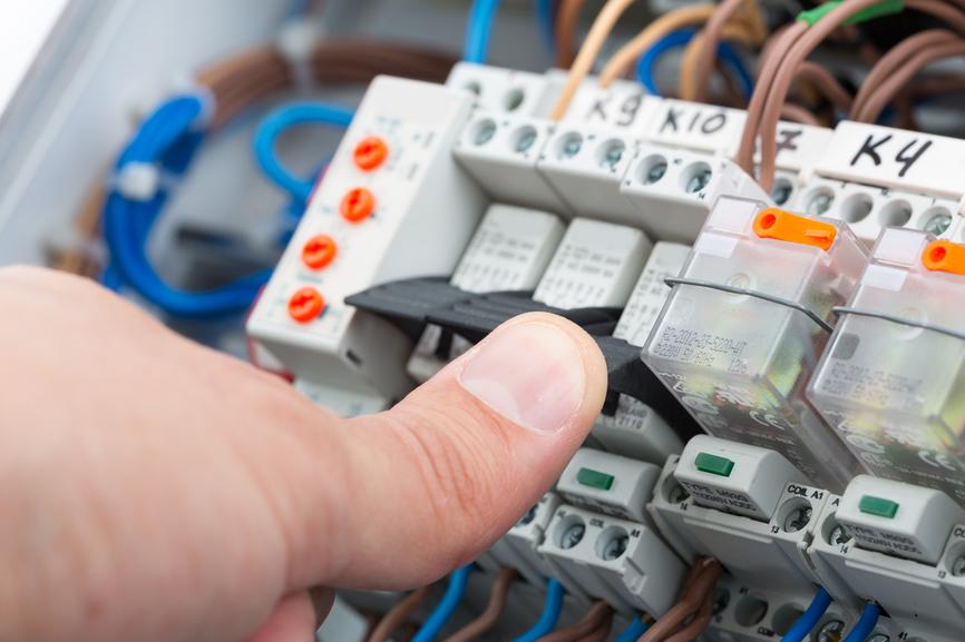 Przeglądy instalacji elektrycznej w budynkach mieszkalnych, użyteczności publicznej i obiektach przemysłowych.